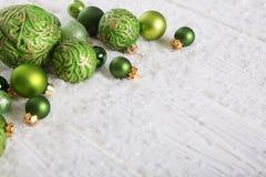 Fondo di natale bianco e di verde con neve e palle per dicembre Immagini Stock