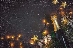 Fondo di Natale con champagne e la ghirlanda luminosa Fotografie Stock
