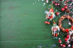 Fondo di Natale con gli ornamenti sulla tavola di legno verde Immagini Stock