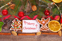 Fondo di Natale con i biscotti e la decorazione del pan di zenzero Fotografia Stock Libera da Diritti