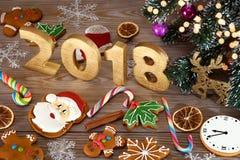 Fondo di Natale con i biscotti di Natale, la decorazione e le spezie, 2018 Fotografia Stock Libera da Diritti