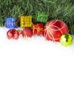Fondo di Natale con i contenitori e le palle di regalo su neve Fotografia Stock Libera da Diritti