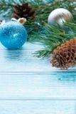 Fondo di Natale con i giocattoli e gli urti di Natale Copi il fuoco selettivo dello spazio Immagine Stock
