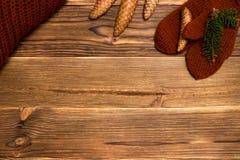 Fondo di Natale con i guanti tricottati e una tazza di caffè Immagine Stock