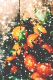 Fondo di Natale con i mandarini ed i fiocchi di neve Natale C Fotografia Stock Libera da Diritti