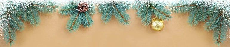 Fondo di Natale con i rami di albero dorati dell'abete e della palla Fotografia Stock