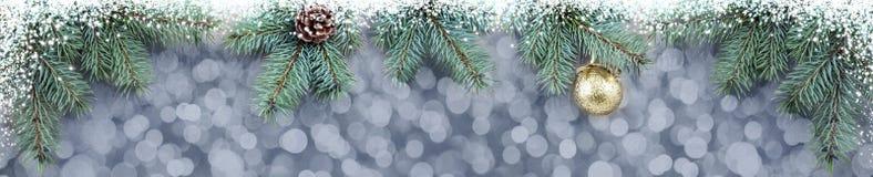 Fondo di Natale con i rami di albero dorati dell'abete e della palla Fotografia Stock Libera da Diritti