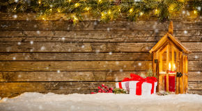 Fondo di Natale con i regali e la lanterna Fotografia Stock