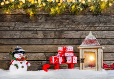Fondo di Natale con i regali e la lanterna Immagini Stock