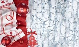 Fondo di Natale con i tovaglioli, le bagattelle rosse ed il nastro, testo Fotografia Stock