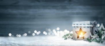 Fondo di Natale con il bordo di legno, lanterna, rami dell'abete e fotografia stock