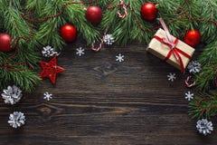 Fondo di Natale con il confine dai rami e dal decorati del pino fotografie stock libere da diritti