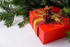 Fondo di Natale con il contenitore di regalo rosso decorato dorato Fotografie Stock
