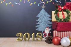 Fondo di Natale con il contenitore di regalo delle decorazioni con il fiocco di neve Fotografia Stock Libera da Diritti