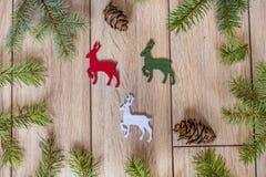 Fondo di Natale con il diadema con i corni dei cervi Immagini Stock