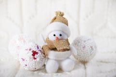 Fondo di Natale con il giocattolo un pupazzo di neve Fotografia Stock Libera da Diritti