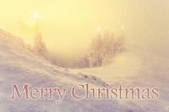 Fondo di Natale con il paesaggio di inverno nelle montagne durante la bella luce di alba di alba immagini stock libere da diritti