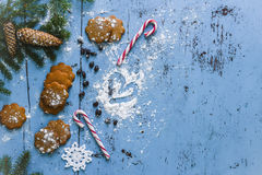 Fondo di Natale con il pan di zenzero, il bastoncino di zucchero, i cuori e l'albero di abete Fotografie Stock