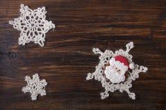 Fondo di Natale con il pan di zenzero nella forma Santa Claus Immagini Stock
