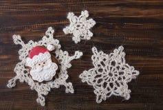 Fondo di Natale con il pan di zenzero nella forma Santa Claus Fotografie Stock Libere da Diritti