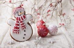 Fondo di Natale con il pan di zenzero nella forma un pupazzo di neve Fotografie Stock Libere da Diritti