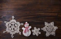 Fondo di Natale con il pan di zenzero nella forma un pupazzo di neve Immagine Stock
