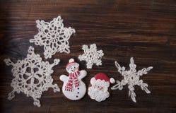Fondo di Natale con il pan di zenzero nella forma un pupazzo di neve e Fotografia Stock Libera da Diritti