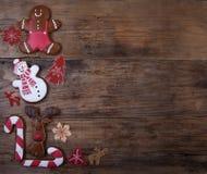 Fondo di Natale con il pan di zenzero sotto forma di figu animale Fotografia Stock
