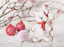 Fondo di Natale con il pan di zenzero sotto forma di orso Immagine Stock