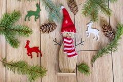Fondo di Natale con il pupazzo di neve ed i cervi Immagini Stock Libere da Diritti
