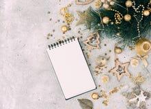 Fondo di Natale con il taccuino fotografie stock libere da diritti
