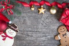 Fondo di Natale con l'albero e gli ornamenti di abete delle decorazioni Immagine Stock