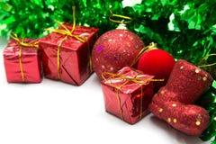 Fondo di Natale con l'ornamento verde ed il contenitore di regalo rosso Fotografie Stock Libere da Diritti