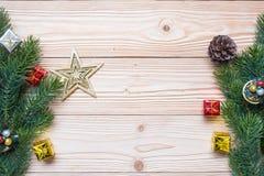 Fondo di Natale con la decorazione, contenitore di regalo immagini stock libere da diritti