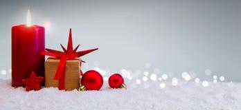 Fondo di Natale con la scatola della candela e di regalo di arrivo isolata Immagine Stock
