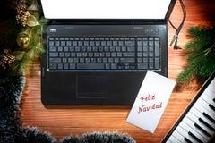 Fondo di Natale con la tastiera, computer portatile, spazio della copia fotografie stock