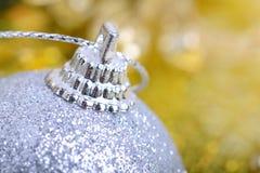 Fondo di Natale con le bagattelle e il bokeh di bellezza, concetto del nuovo anno, primo piano Fotografie Stock Libere da Diritti