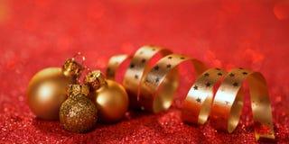 Fondo di Natale con le bagattelle ed il nastro Immagine Stock