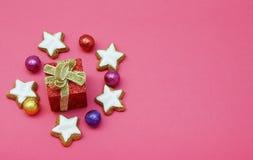 Fondo di Natale con le caramelle variopinte ed i biscotti a forma di stella immagine stock libera da diritti