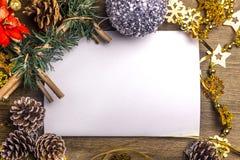 Fondo di Natale con le decorazioni di Natale e uno shee bianco Immagini Stock