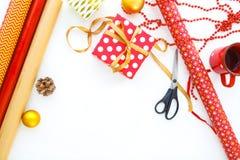 Fondo di Natale con le decorazioni ed i contenitori di regalo su bianco Fotografia Stock