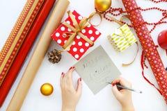 Fondo di Natale con le decorazioni ed i contenitori di regalo su bianco Immagine Stock Libera da Diritti