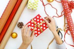 Fondo di Natale con le decorazioni ed i contenitori di regalo su bianco Fotografie Stock