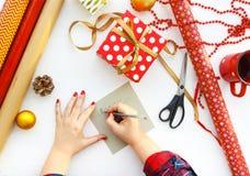 Fondo di Natale con le decorazioni ed i contenitori di regalo su bianco Immagini Stock Libere da Diritti