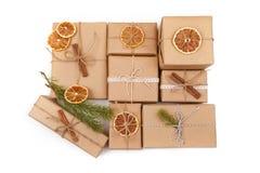 Fondo di Natale con le decorazioni ed i contenitori di regalo su bianco Fotografie Stock Libere da Diritti