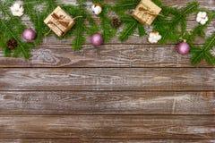 Fondo di Natale con le decorazioni ed i contenitori di regalo sul bordo di legno Fotografie Stock Libere da Diritti