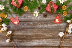 Fondo di Natale con le decorazioni ed i contenitori di regalo sul bordo di legno Fotografia Stock Libera da Diritti