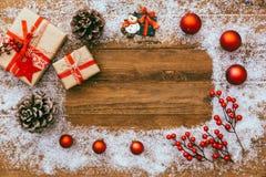 Fondo di Natale con le decorazioni ed i contenitori di regalo Fotografie Stock Libere da Diritti