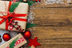 Fondo di Natale con le decorazioni ed i contenitori di regalo Fotografia Stock Libera da Diritti