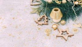 Fondo di Natale con le decorazioni ed i contenitori di regalo Fotografia Stock